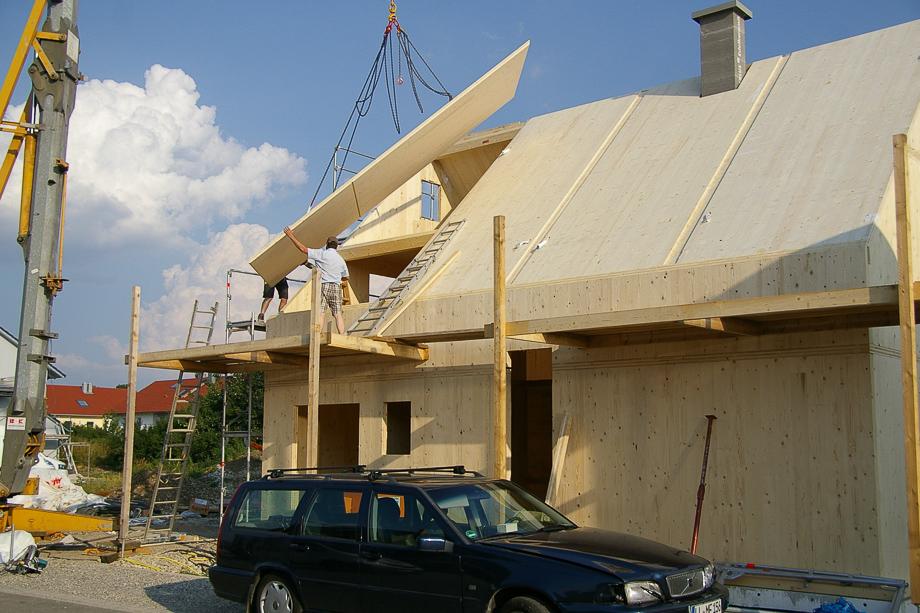 Montage eines Dachelementes für ein Massivholzhaus