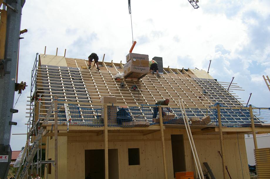 Die Dachfläche wird ebenfalls mit Holzfaserdämmstoffen gedämmt